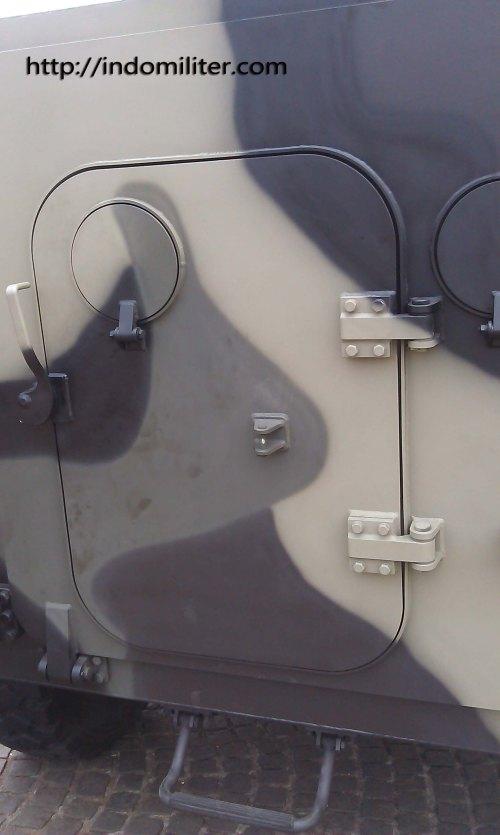 Pintu belalang untuk keluar masuk dua personel infantri