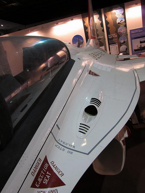 Posisi laras Vulcan M197, ada pada sisi kiri kokpit.