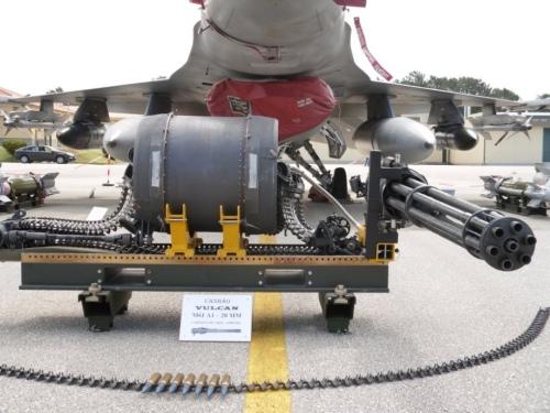 Vulcan M61 A1 berikut feed system dan drum magasin di jet F-16 Fighting Falcon