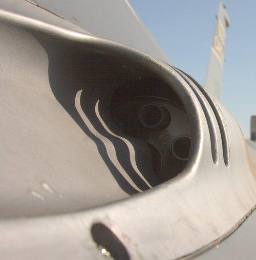 Laras kanon gatling di F-16 Fighting Falcon juga ditempatkan disisi kiri kokpit.