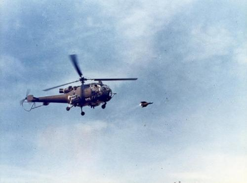 Alouette III tengah melepaskan rudal AS.11