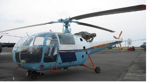 Salah satu Alouette III TNI AD yang masih  beroperasi, nampak di latar belakang heli angkut berat Mi-17.