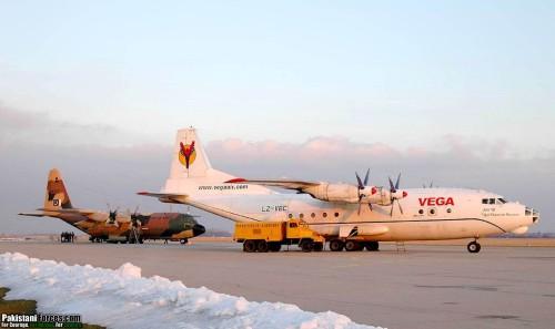Nampak An-12 versi sipil bersanding dengan C-130 Hercules AU Pakistan