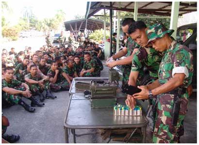 Demo PRC-77 oleh prajurit TNI