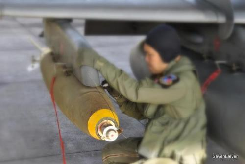 MK82 pada jet tempur Hawk 200 TNI AU