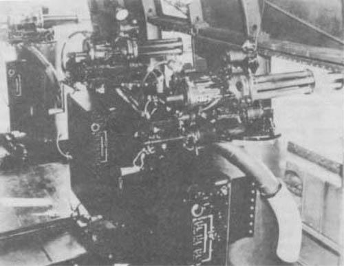 AC-47 Spooky milik AU AS dalam perang Vietnam, nampak menggunakan senapan Gatling kaliber 7,62 mm