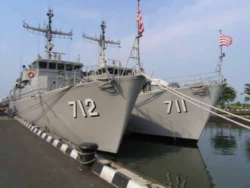 KRI Pulau Rupat dan KRI Pulau Rengat, penyapu ranjau kelas Tripartite mengusung Rheinmetall 20 mm pada sisi haluan.