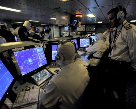 Situasi di Pusat Informasi Tempur (Combat Information Center), disinilah output dari sistem radar diolah dan dianalisa.