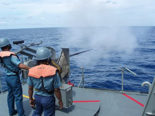 Awak KRI Ki Hajar Dewantara sedang berlatih menembakkan Rheinmetall Rh202