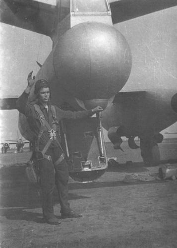 Tail gunner dengan pintul palka di ekor pesawat