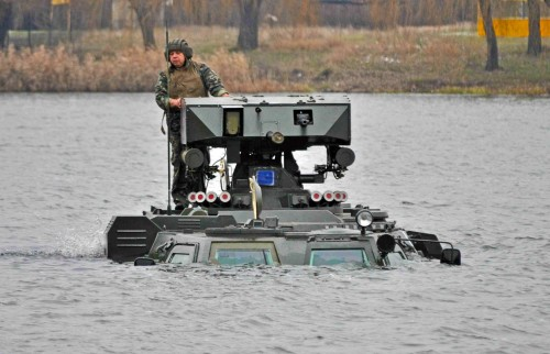 BTR-4 dapat mengarungi air tanpa persiapan.