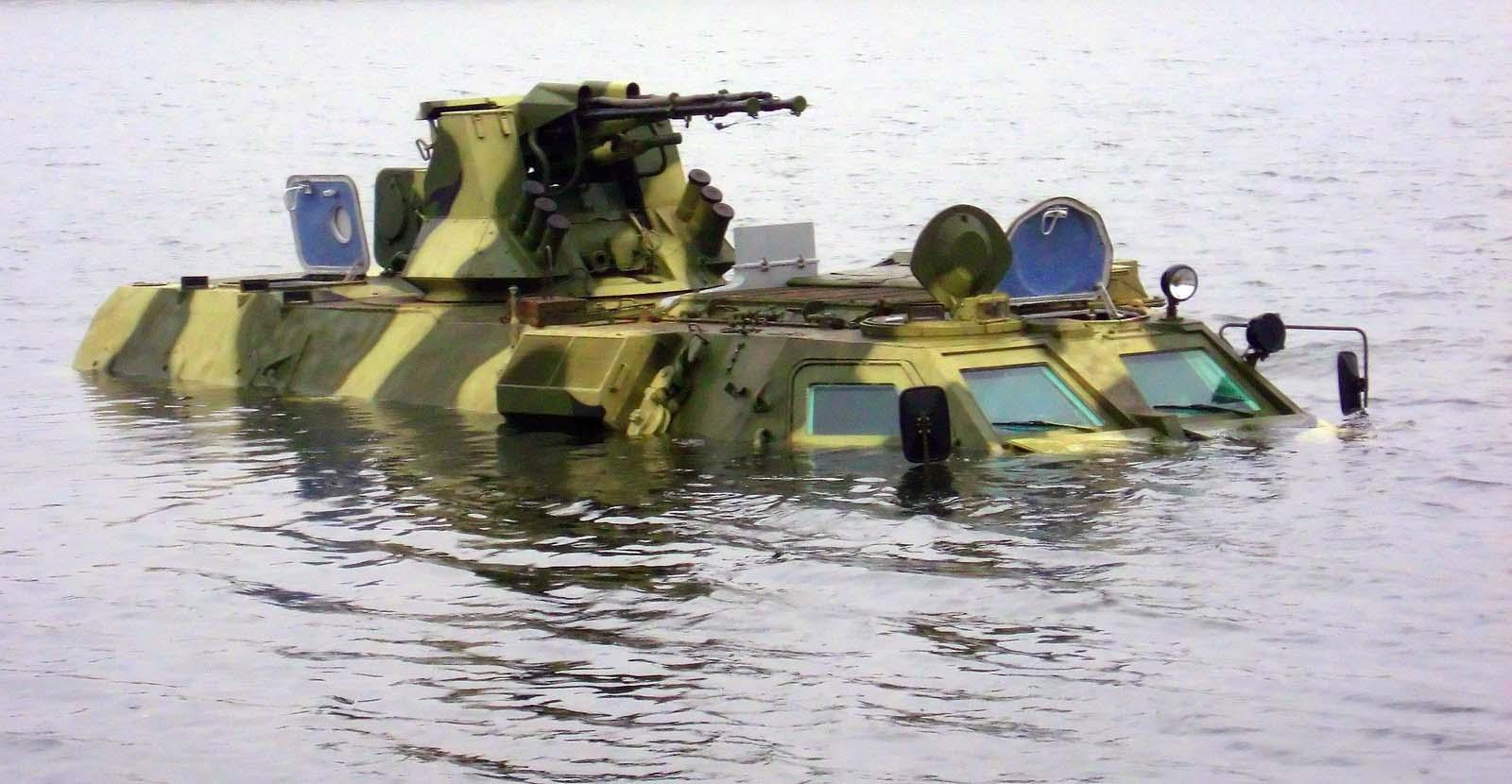 BTR-4 BAU sedang berenang.