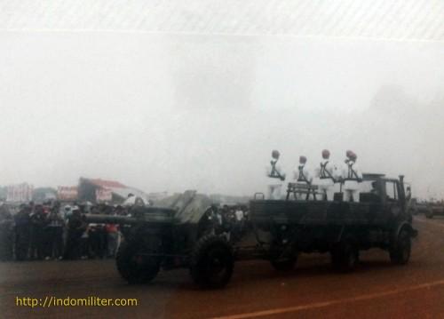 M-30 ditarik truk Unimog dalam defile HUT ABRI ke-50