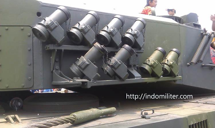 Pelontar granat pada kubah meriam 120mm Leopard 2 A4 TNI AD