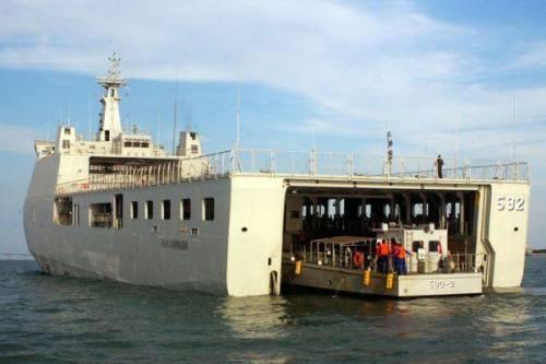 LCU di dock KRI Banjarmasin
