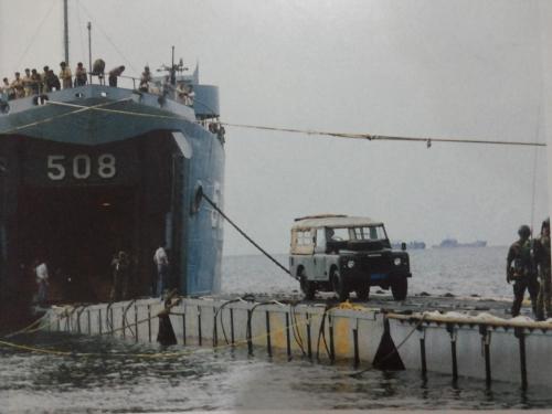Sebelum era LCU, untuk mendaratkan rantis non amfibi digunakan jembatan ponton yang dipasang dari LST ke bibir pantai.