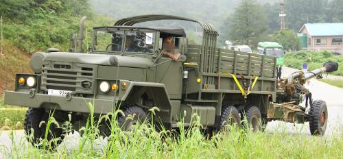 Tampak KH-179 ditarik truk KIA KM500 dalam Latgab TNI AD di Baturaja, Sumatera Selatan.