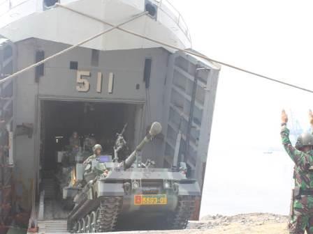 Tank Scorpion TNI AD didaratkan dari LST TNI AL