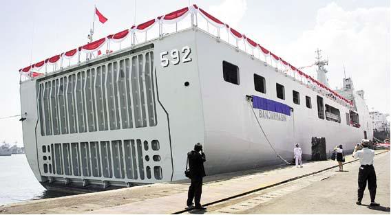 Stern ramp, jalur operasi LCU dan hovercraft meluncur dari kapal.