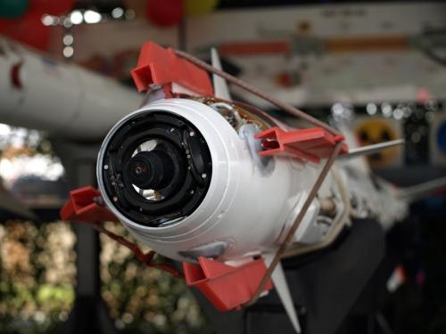 Sensor berpemandu infra red pada moncong rudal.