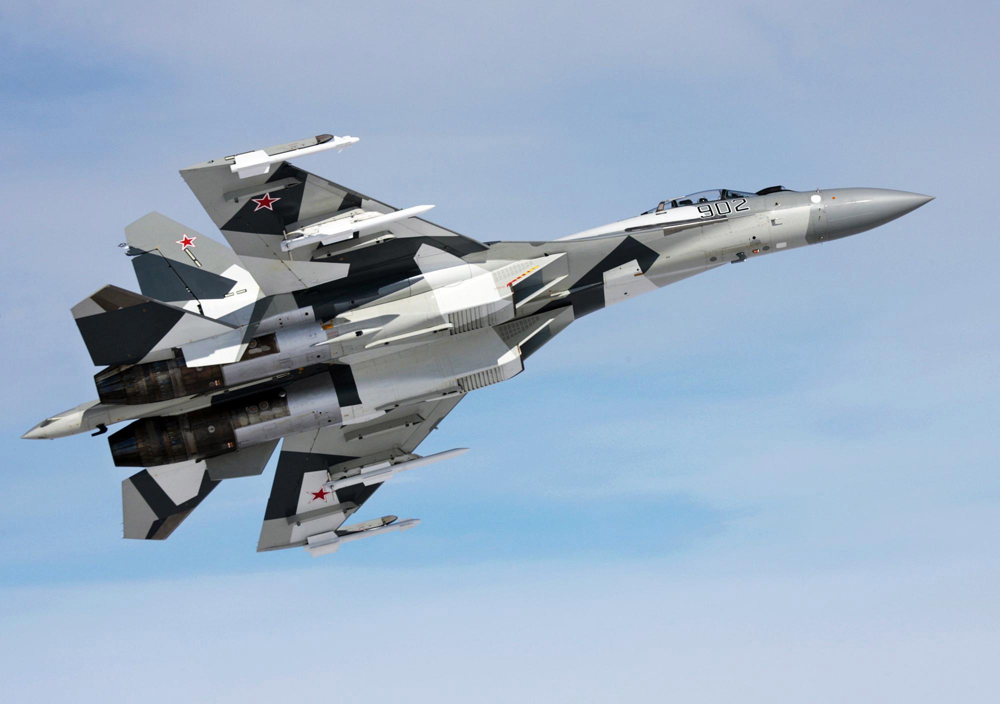 Su-35 nampak gagah dengan bekal rudal R-73.