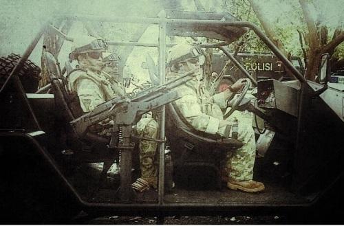 Kelengkapan rompi anti peluru menjadi syarat mutlak bagi awak Cheetah.