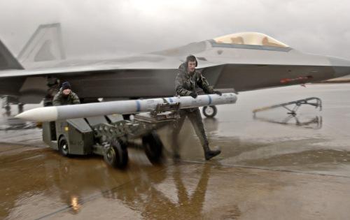 Nampak AIM-120 AMRAMM dengan latar F-22 Raptor.