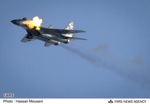MiG-29 milik AU Iran tampak sedang menembakan kanon GSh-30-1.