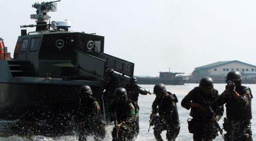 Prajurit infanteri keluar dan menyerbu lewat ramp door di haluan.