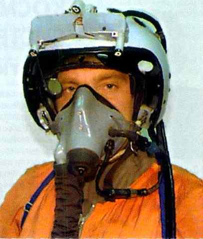 Pilot Rusia dengan helmet-mounted target designator
