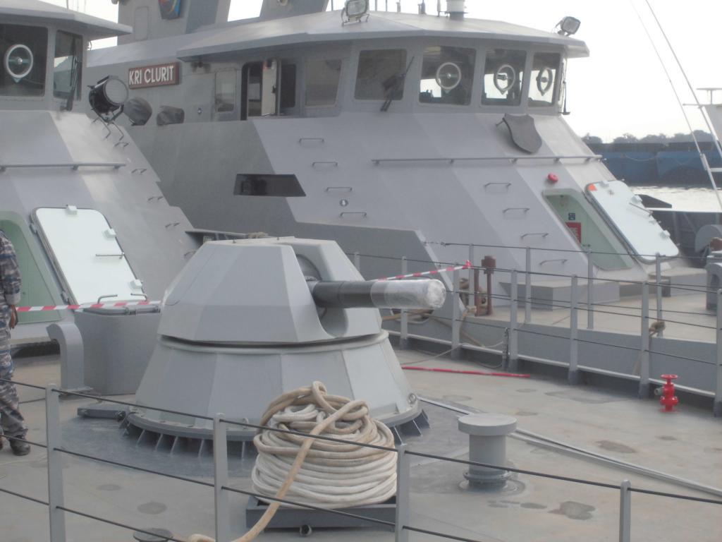 AK-630 tampak jelas terpasang di haluan KRI Kujang, disisinya ada KRI Kujang.