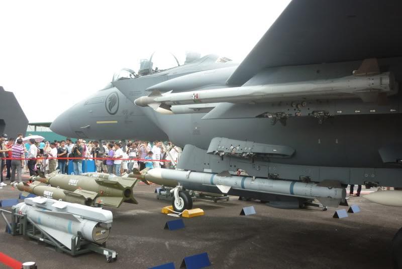 F-15SG Singapura, nampak dalam demo statis dengan racikan beragam rudal dan bom pintar. Diantaranya adalah AIM-120 AMRAAM.