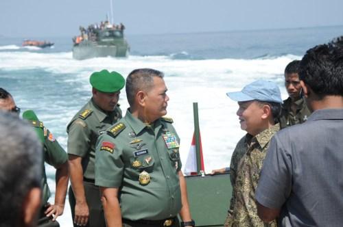 KSAD Jenderal Boediman saat meninjau KMC Komando.