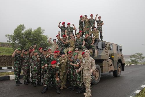 Personel Kopassus dengan Bushmaster.
