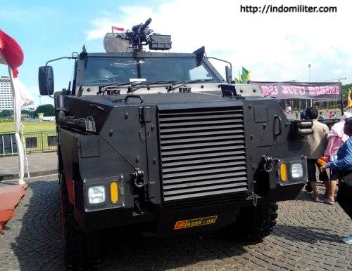 Bushmaster Sat 81 Gultor Kopassus di cat warna hitam.