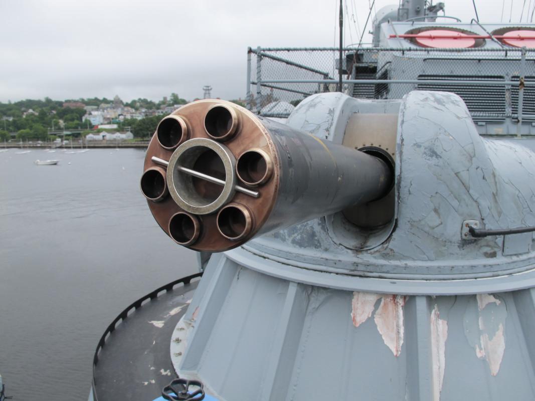 AK-630 mengusung kanon gatling dengan enam laras putar.