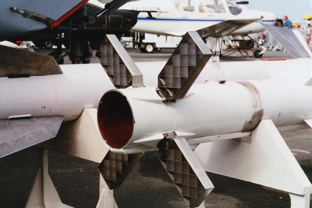 Menunjang manuver yang tinggi, R-77 dilengkapi 4 fin pada bagian ekor.