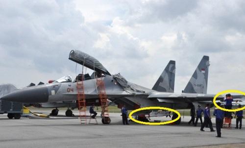 Nampak Sukhoi Su-30MK TNI AU dengan dua rudal terpasang. Rudal pada ujung sayap adalah R-73 dan rudal dibawah air intake adalah R-77.