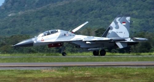 Su-30MK sesaat setelah mendarat, nampak hanya ada satu peluncur yang dilengkapi rudal, peluncur disisi lainnya terlihat kosong. Mungkinkah telah dilakukan uji penembakan?