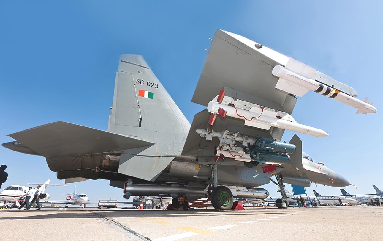 R-77 dan R-73 menjadi duet senjata yang mematikan pada Sukhoi. Nampak Sukhou Su-30MKI AU India.