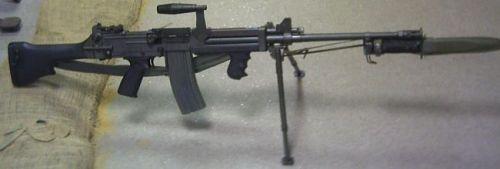 Sebagai senjata infanteri, Ultimax bisa dipasangi sangkur (bayonet) untuk duel jarak dekat.