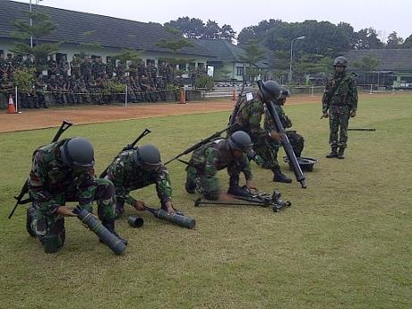 Persiapan satuan tembak mortir TNI AD.