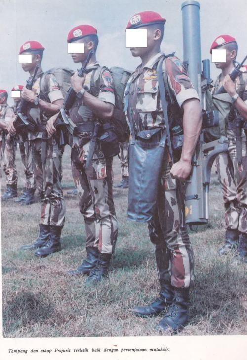Prajurit Kopassus nampak menenteng LRAC 89.