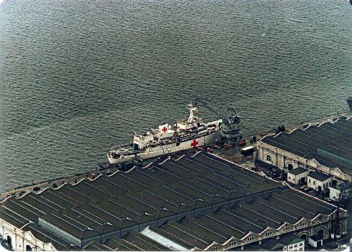 Jelang operasi di Malvinas. HMS Hecla tengah dipersiapkan dikonversi menjadi kapal rumah sakit di pelabuhan Gibraltar.