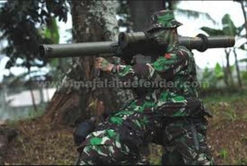 Pengoperasian LRAC 89 oleh personel TNI AD. Sumber: majalah Defender.