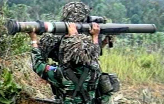 Aksi penembakkan LRAC 89 oleh prajurit TNI AD.