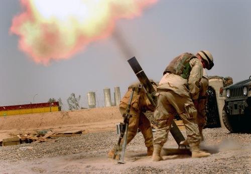 Pasukan AS tengah menembakkan mortir di Irak.