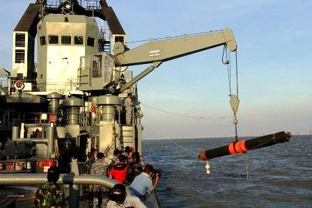 Dilengkapi crane, KRI Soputan membawa kembali torpedo SUT yang ditembakkan dari kapal selam dalam misi latihan.