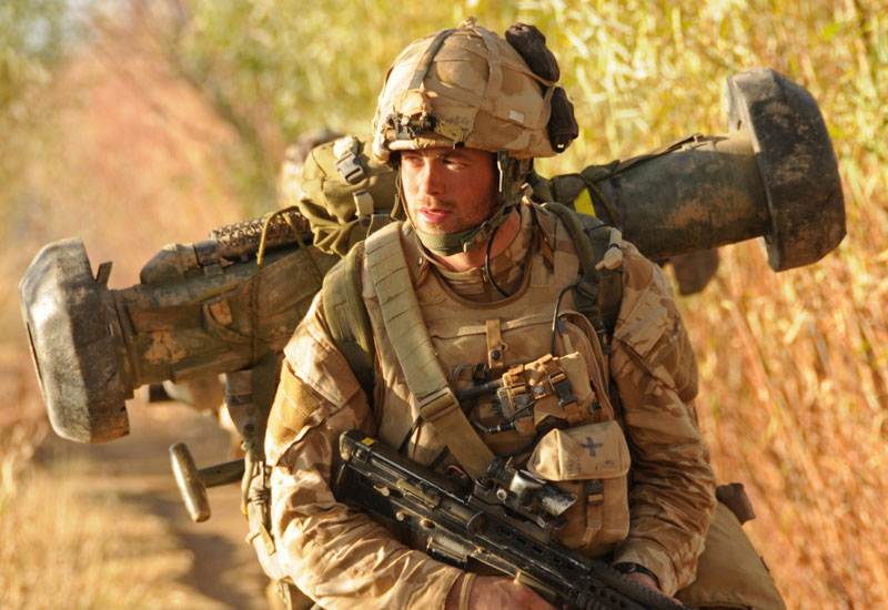Serdadu Inggris membawa Javelin.