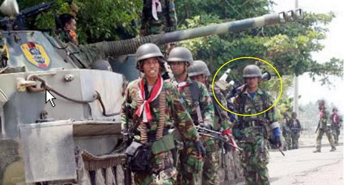 Pasukan Marinir TNI AL tampak membawa RPG-7 dalam operasi militer di Aceh.